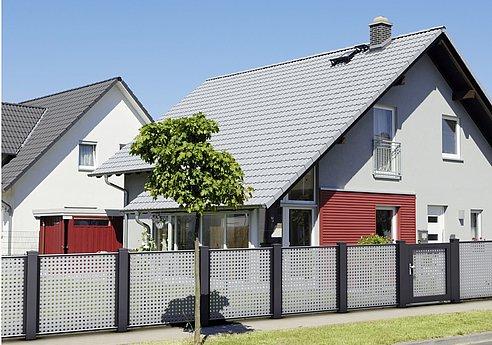 Gartenzaun mit Lochblech in grau und anthrazit in einer Wohnsiedlung