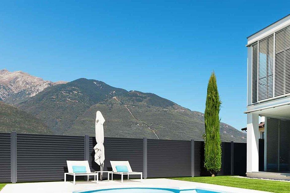 modernes haus mit Pool im Garten und Blick auf die Berge umgeben von Sichtschutzzaun aus Aluminium