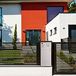Briefkastensäule in silber, inegriert in modernen Lattenzaun MAGNUS, anthrazit, vor modernem Kubushaus