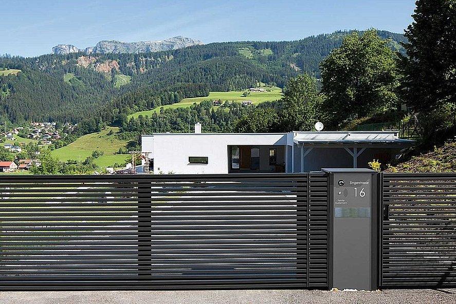 Doppelflügeltor mit modernen Lamellen in anthrazit und Gartentür zu modernem Architektenhaus in den Bergen