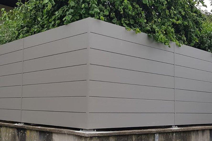 Sichtschutzzaun in modernem weißaluminium mit ganzen Platten in modernem schlichten Design
