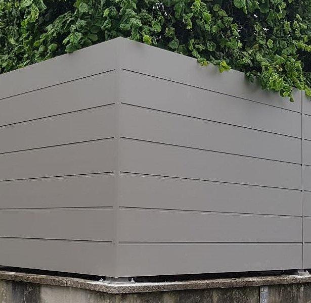 Sichtschutzzaun auf hohem Mauersockel in weißaluminium
