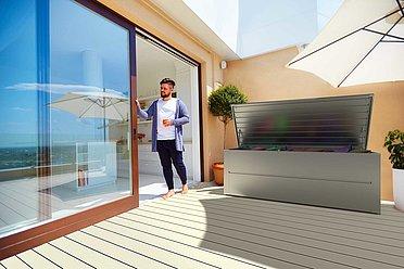 Gartenbox in silber metallic auf moderner Terrasse