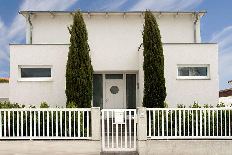 Stabzaun in weiß, schlichter Stabzaun vor modernem Designhaus