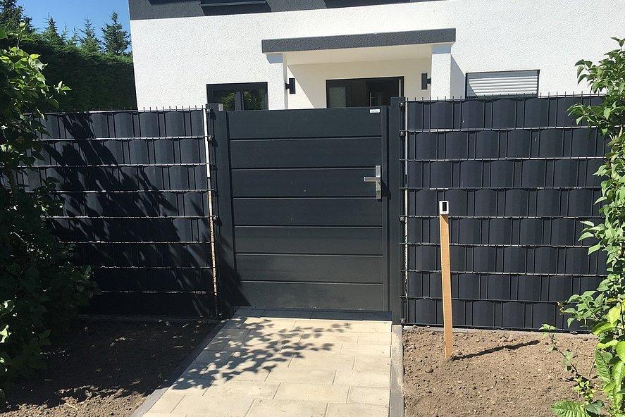 Gartentür mit Sichtschutz in anthrazit als Eingang zum neuen Heim