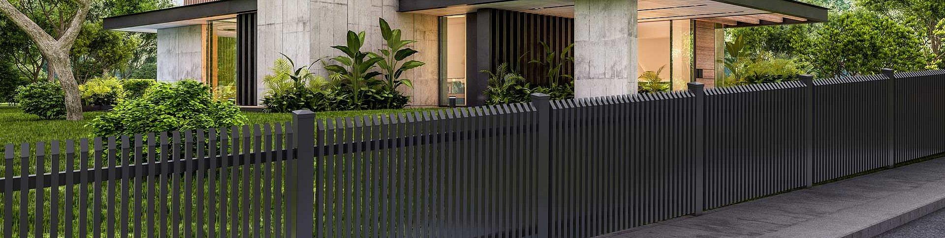 Nahaufnahme eines Gartenzauns mit Latten und Schrägkappen aus Aluminium in anthrazit