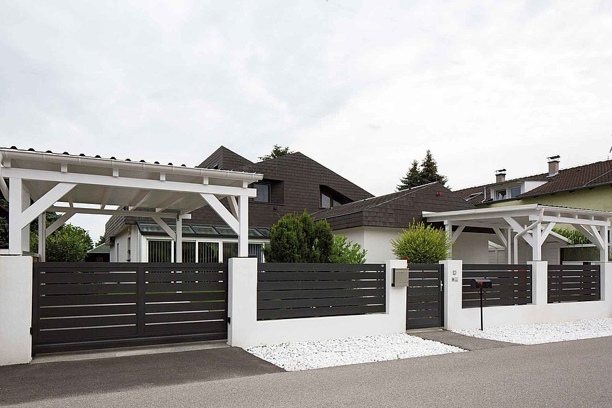 Haus mit Sichtschutzzaun, Schiebetor und Pforte durch Modell Edison mit breiten Querlatten in der Farbe anthrazit