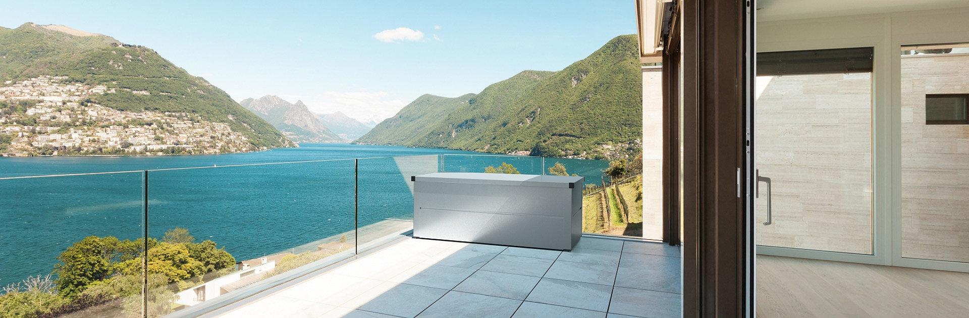 Auflagenbox in silber auf modernem Balkon aus Glas