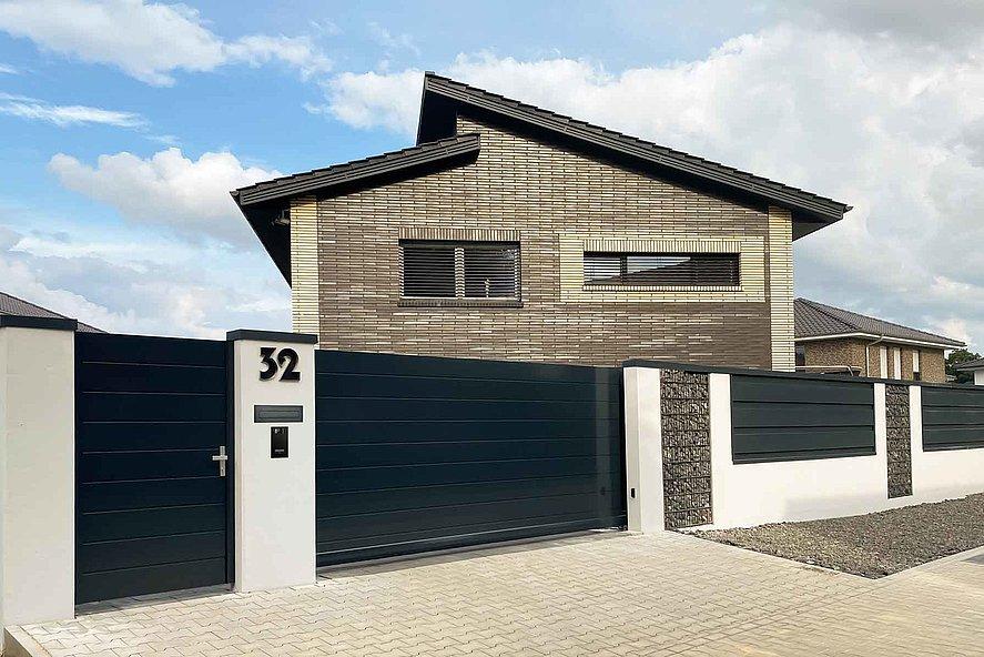 Gartentür und Schiebetor mit Sichtschutz in anthrazit als Eingang zum neuen Heim