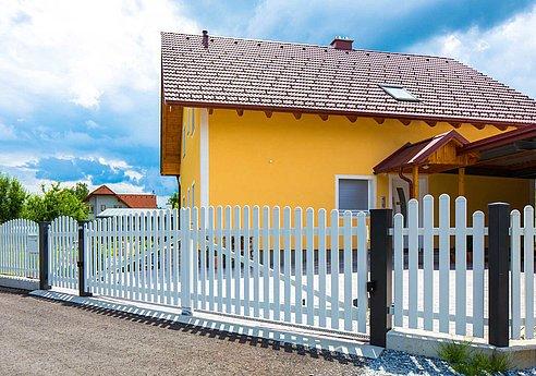 Doppelflügeltor und Gartentor in weiß mit Latten aus Aluminium als Einfahrtstor zu Einfamilienhaus