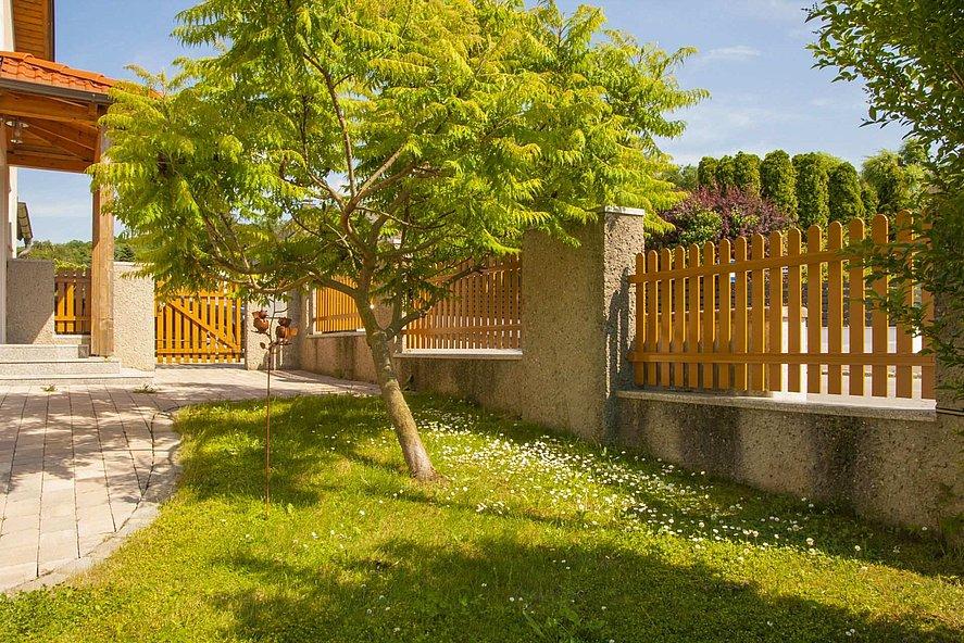 Gartenzaun mit Aluminiumlatten in Holzoptik