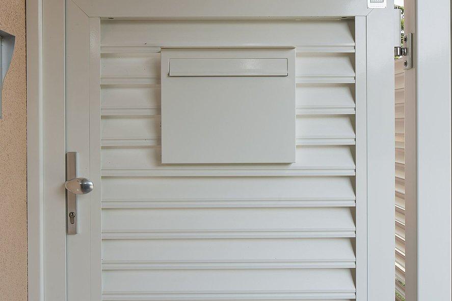 Gartentür mit weißen Lamellen aus Aluminium