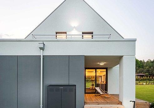 moderne Mülltonnenbox aus anthrazit vor modernem Haus mit Terrasse