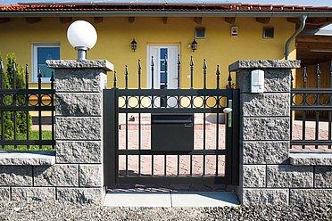 Gartentür anthrazit in Schmiedeeisenoptik mit integriertem Briefkasten aus Aluminium und Zwiebelspitzen in anthrazit