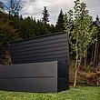 Auflagenbox in anthrazit in Garten mit Steinhütte