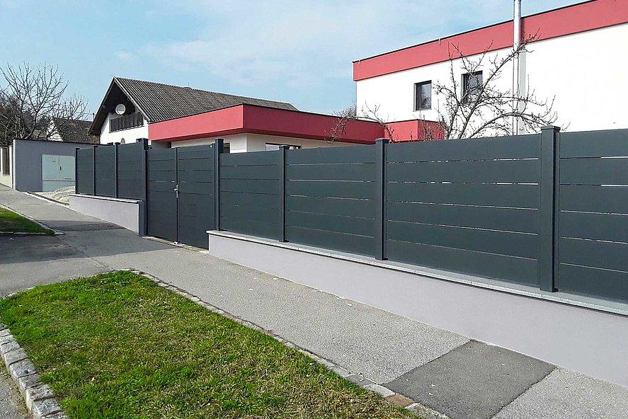 Sichtschutzzaun mit breiten Latten in anthrazit in Einfamilienhaussiedlung