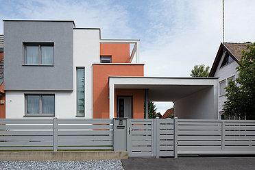 Moderner Gartenzaun und Gartentor mit integrierter Briefkastensäule aus Aluminium mit Querlatten in grau