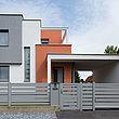 moderner Sichtschutzzaun, Aluzaun und Schiebetor mit breiten Querlatten in grau vor Designhaus