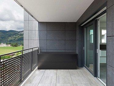 Auflagenbox in anthrazit auf modernem Balkon mit Lochblech Geländer