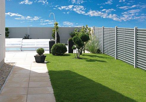 Sichtschutzzaun aus Aluminium mit Lamellen in weiß umzäunt modernen Garten