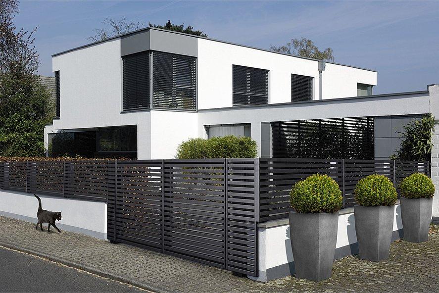 Doppelflügeltor zu modernem Gartenzaun mit Querlatten in anthrazit vor kubischem Architektenhaus mit schwarzer Katze davor