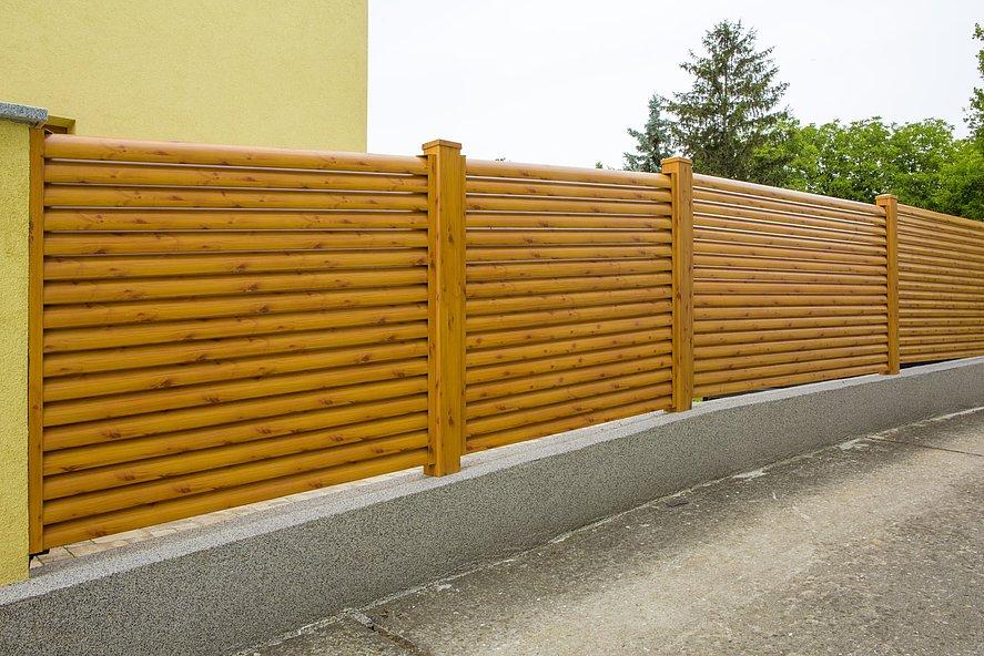 Gartenzaun aus Aluminium mit Lamellen in Holzoptik