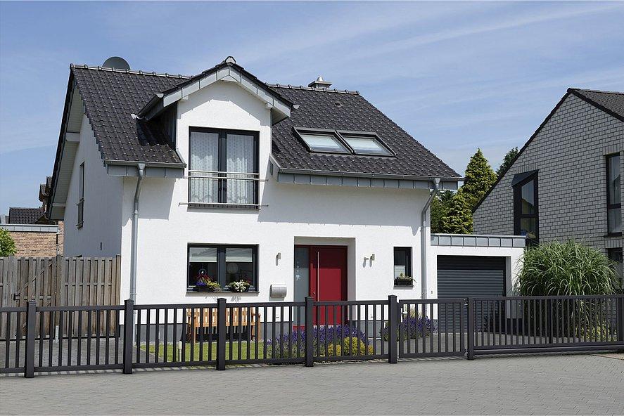 eleganter Stabzaun mit Gartentür in antrazit vor zweistöckigem Einfamilienhaus