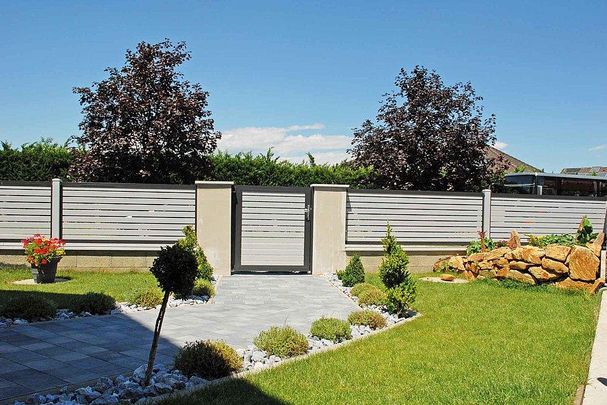 Lattenzaun und Gartentür mit Querlatten aus Aluminium in grau mit anthrazit - Blick vom Garten