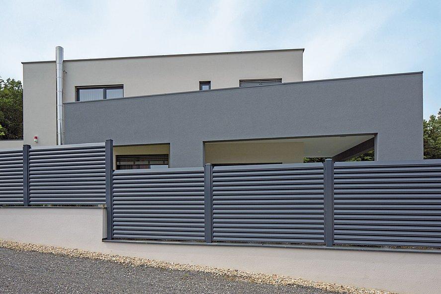 Lamellenzaun in grau mit Sichtschutz vor Haus mit moderner Architektur
