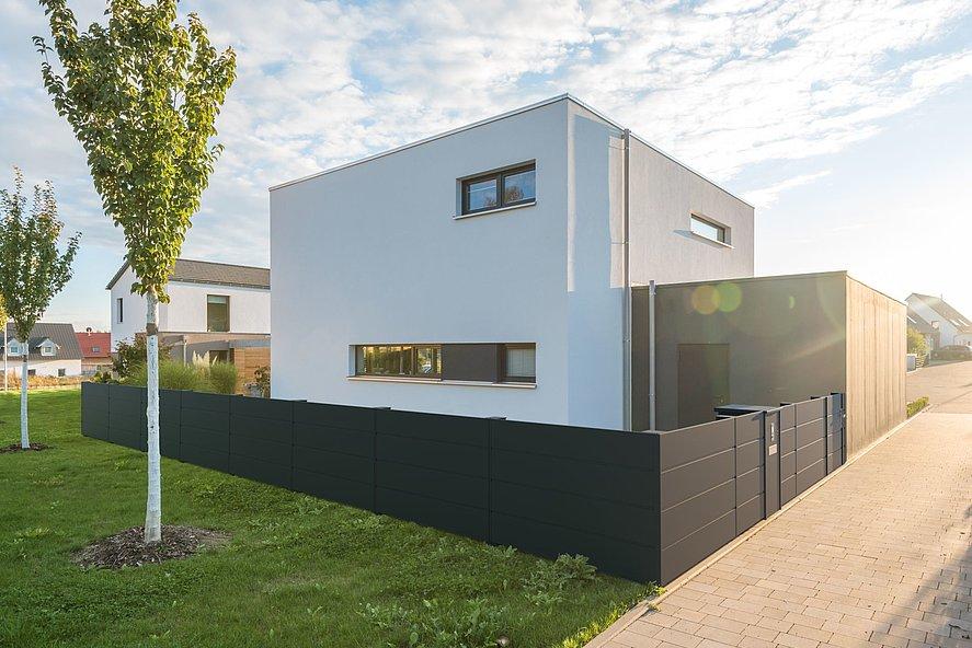 Heisenberg, Super-Zaun, Deutschland, Aluzaun, Zaun, Aluminium, modern, Sichtschutz, Tür, Gehtüre, Anthrazit, blickdicht