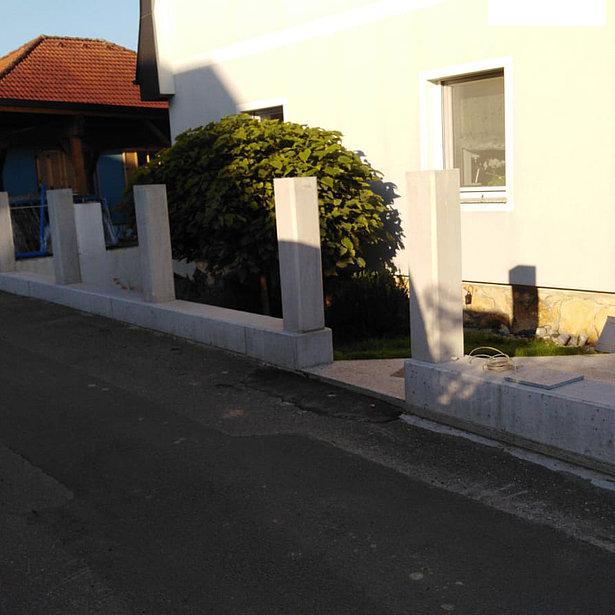 Betonsockel, in den später mehrere Zaunfelder integriert werden sollen.