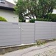moderner Sichtschutzzaun mit Gartentür in weißaluminium begrenzt Garten zu Einfamilienhaus