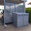 Mülltonnenbox in grau steht vor modernem Carport