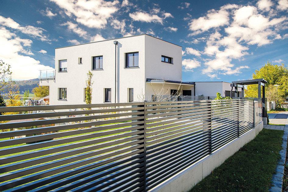 Gartenzaun grau mit horizontalen Latten vor modernem Haus
