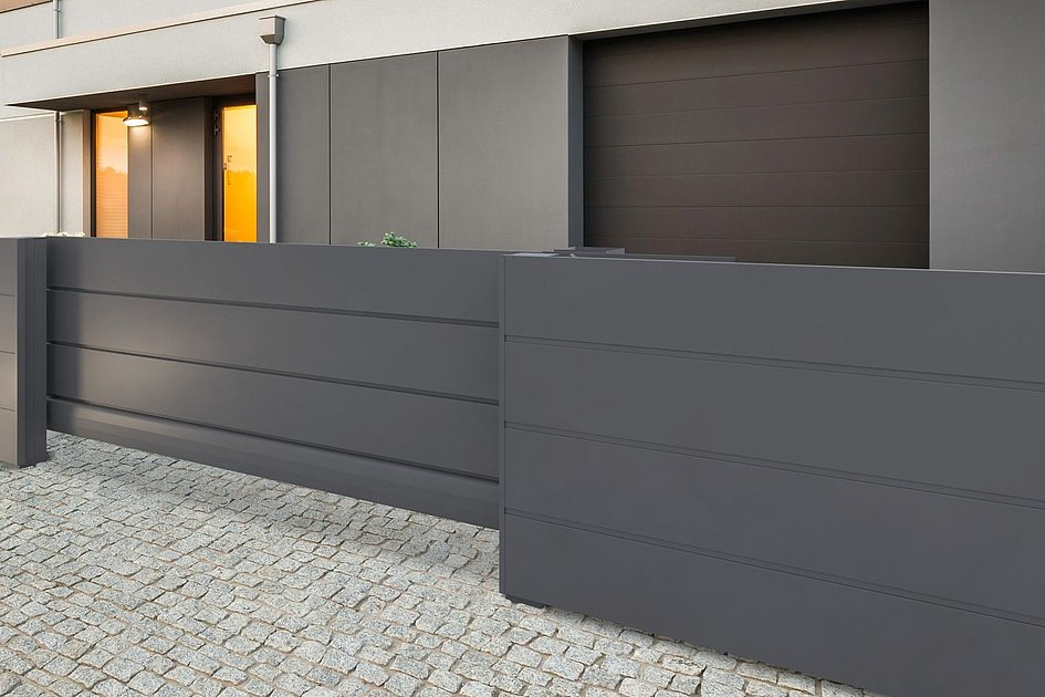 modernes Schiebetor mit Sichtschuutz in antrazit vor modernem Haus