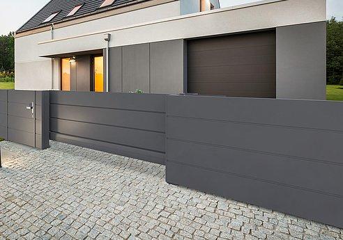 Schiebetor mit Sichtschutz und Sichtschutzaun in anthrazit vor modernem Einfamilienhaus