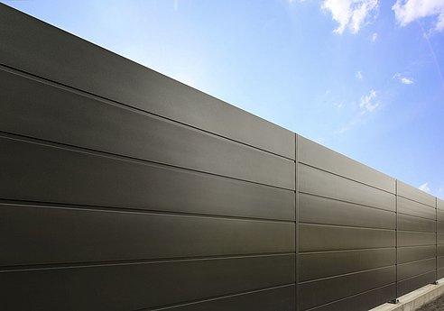 Sichtschutzzaun aus Aluminium mit Querlatten in anthrazit