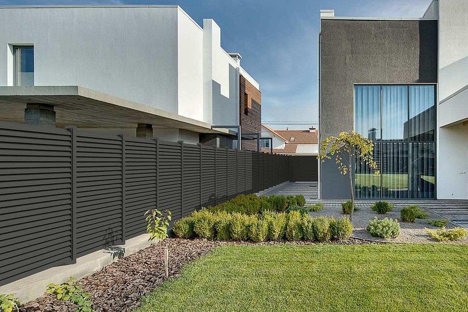 moderner Lamellenzaun aus Aluminium trennt zwei Grundstücke