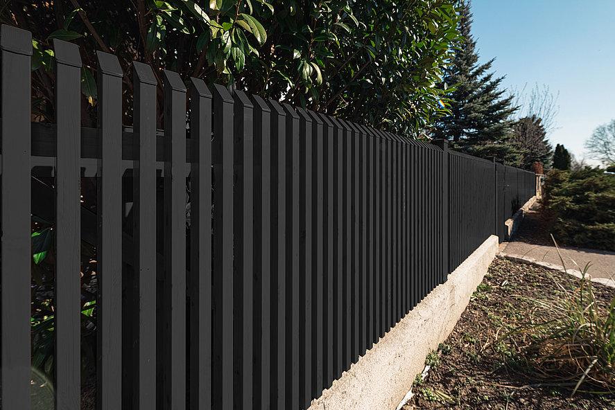 Gartenzaun aus Aluminium mit Schrägkappen auf einer Mauer montiert in anthrazit
