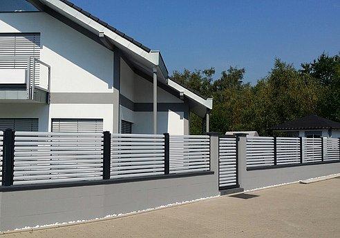 Moderner Gartenzaun aus Aluminium mit Querlatten in silber