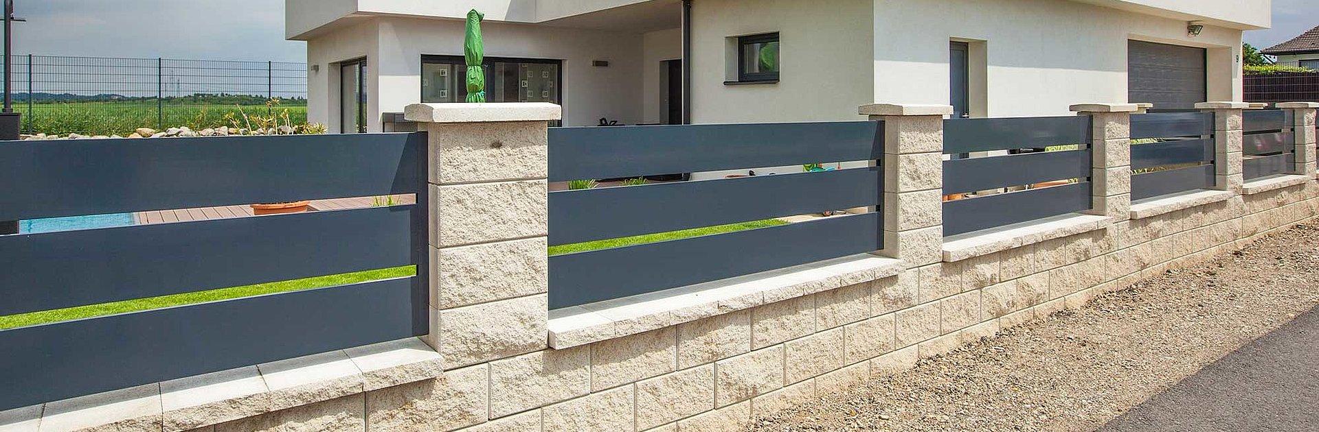 Moderner Gartenzaun aus Aluminium mit Querlatten in anthrazit