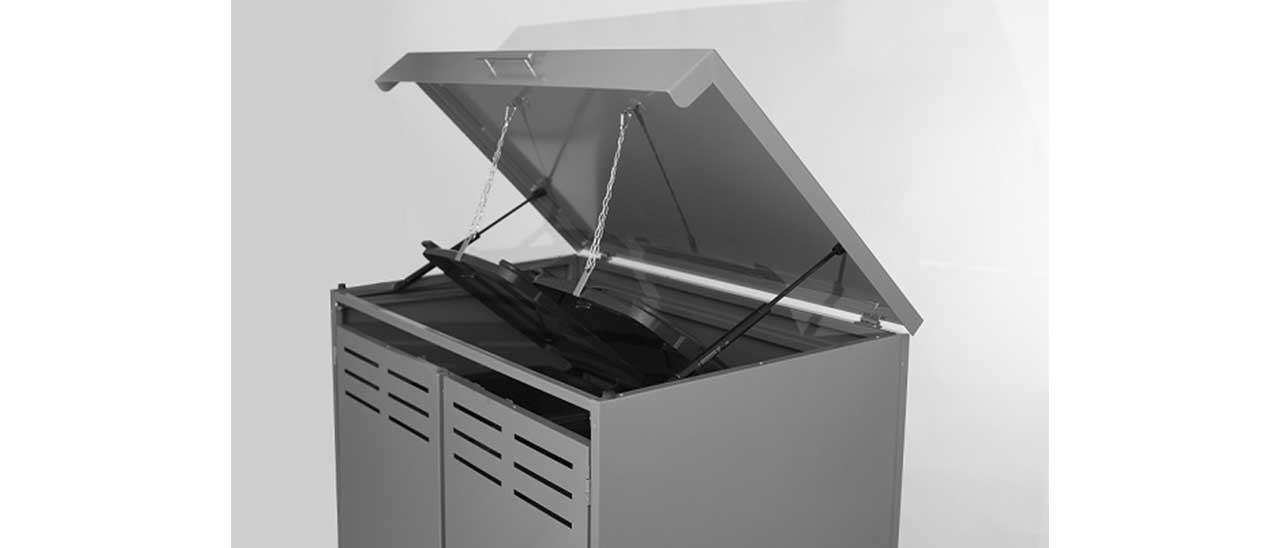 Mülltonnenbox aus Aluminium mit geöffnetem Deckel, Ansicht schräg von vorne